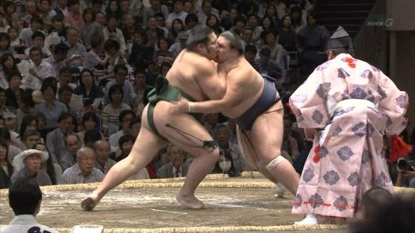 【速報】相撲の取組中にキスwwwwwwwwwwwwww(画像あり)
