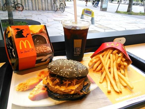 【画像あり】マクドナルドのイカスミバーガーが美味すぎる件wwwwwwwwwww