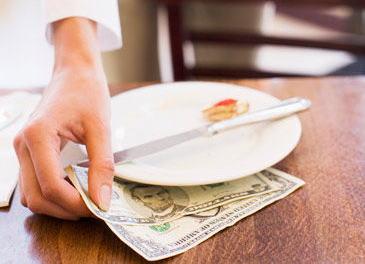 """アメリカにて""""チップの存続""""をめぐる熱い論争 … 「レストランの請求に加えて20%もの心付けを支払うのは『悪しき慣行』だ」とする大胆な記事に、有名シェフたちが続々参戦"""