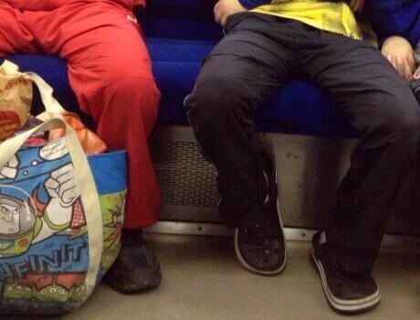 電車内のカップル 「まるで捕食されているみたいだ」と話題に (画像)
