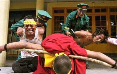 「全ての手の爪に竹串を打ち込み警棒で頭強打・眼球突出」「公の場で3人以上集まると身柄を拘束」 … 現在も続く中国当局によるチベット人弾圧の実態、焼身自殺者も120名を超える