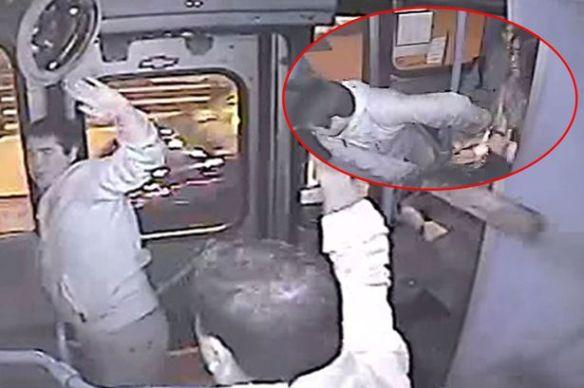 【動画】バス車中ひったくり失敗 → ドアに手を挟まれる → 運転手に棒で叩かれる → 泣くwwwwwwwww