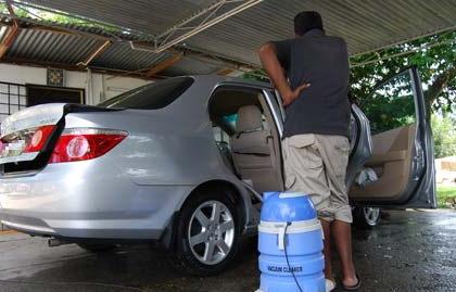 ガソリンスタンドでオヤジが料金を払わずに勝手に店の掃除機で車内清掃し出した