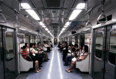 電車でスカートの横がパッカリ開いてて、中の白いシャツが見えてる女の人がいたので小声で教えてあげた
