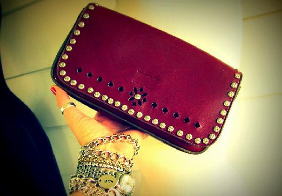 財布を手に持って並んでたら、横から財布をひったくられた