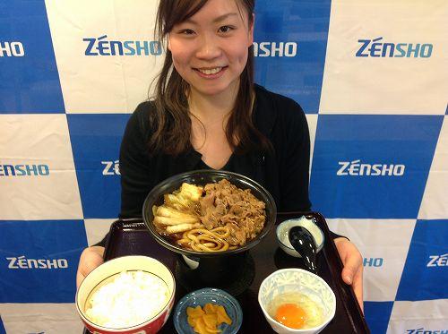 すき家が「牛すき鍋定食」開始。吉野家と同じ580円、「こちらが本家」をアピール