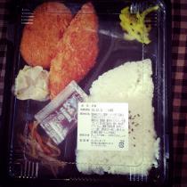 ご飯40円、のり10円、白身魚フライ20円、コロッケ13円、スパゲティ20円、野菜炒め10円、漬け物10円