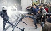 【欧州】牛乳でも食らえ!怒りの酪農家デモ…EU本部前