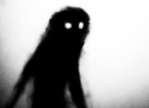 窓の外に大柄な男の影が!扇風機投げてうずくまったところをモップでボコったら満身創痍の父ちゃんだった