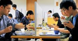 京大学食「ぼっち席」が人気…視線気にせずおひとりさま