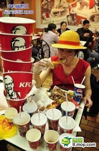 中国のケンタでドカ食いする、海賊風な男が激写される