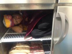 『ほっともっと』で従業員が冷蔵庫に入って写真をTwitterにアップ→「不適切な行為」と同社が謝罪