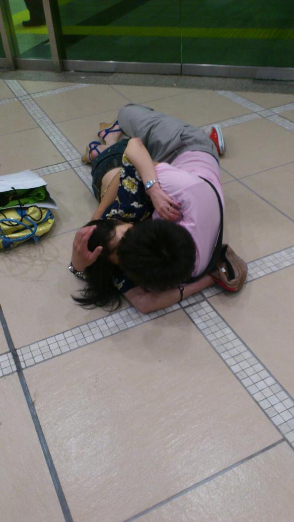 【画像】新宿東口でセ○クスするカップルが話題に