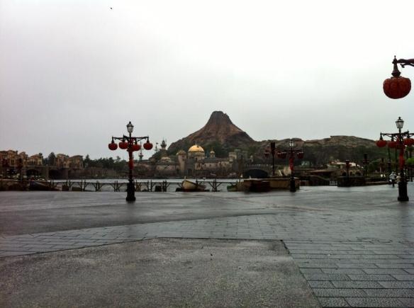 【画像】この台風の中ディズニーシー行った結果wwwwwwwwwww