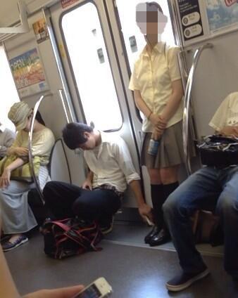 【悲報】女の子のスカートの中を盗撮・・・してた高校生が盗撮される(画像あり)
