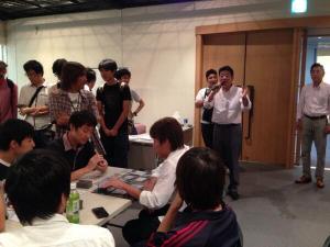 【衝撃】カードゲーム大会に大阪府知事登場!! オタクのしらけきった顔がヤバイwww