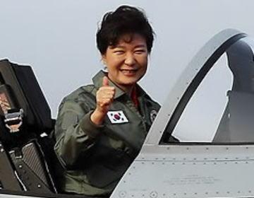 """朴槿恵大統領もご満悦、ロッキード社設計""""初の韓国製""""戦闘機「FA50」20機が空軍に実戦配備 … 「韓国人の手で作った戦闘機で領空を守りたいという念願が実現した。歴史的な一日」"""