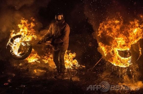 【画像】ウクライナでタイヤを燃やすデモ隊の写真wwwww