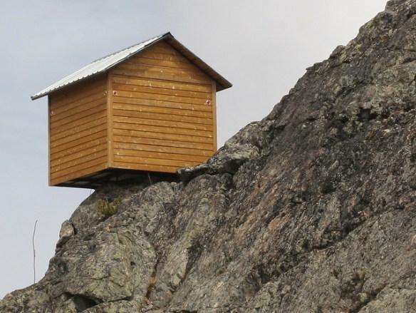 海と崖に挟まれた土地に建っている実家が7階建てになっていた