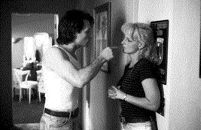 父は包丁で母を何回も切りつけていた。私は部屋の入り口で声も出せず動けなかった。ただ見ていた