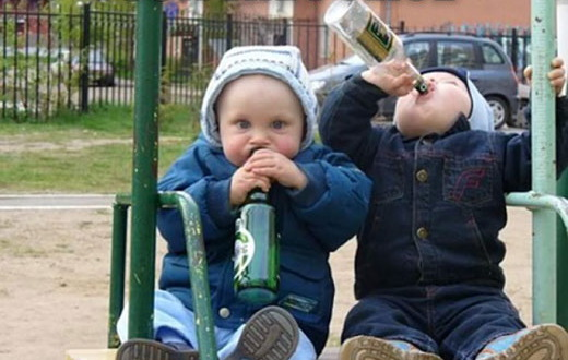 2リットルペットボトルをラッパ飲み。見てるだけで気持ち悪い