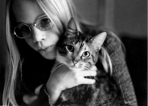 あの人が女と避難所で仲良くしていた間、私は猫と一緒に家で一人余震に怯えて暮らしていた