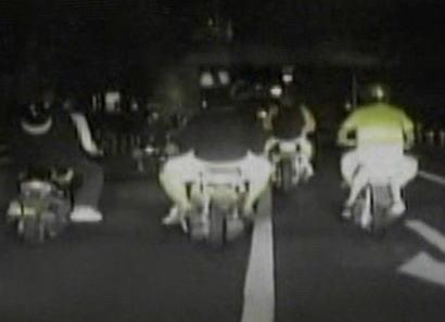 男1人vs少年5人 … 深夜0時半の路上で「お前らうるさいんじゃ」と、男がミニバイクの少年5人に喧嘩をふっかけバイクを奪う