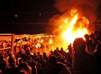 京都・福知山での花火大会にて屋台が爆発炎上 観客多数が巻き込まれ59人搬送、全身火傷の男児(10)含む19人が重傷 … 発電機にガソリンを注ぎ足そうと携行缶の蓋を開けた時に引火か