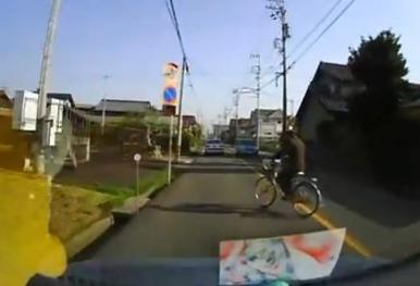 車を運転中、道路を横断しようとした爺さんを避けて標識に激突 → その帰り道にボンネットがボン (ドラレコ動画)