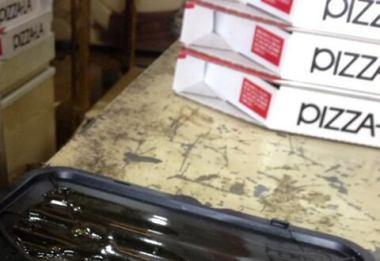 """宅配ピザ屋でまたアルバイト不祥事か … 今度はピザの箱の真横に""""ネズミの死骸""""を置いた写真をツイッターにアップ"""