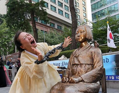 """【特大のブーメラン】 韓国議員が大統領のサイン付き""""米軍慰安婦""""の資料公開 … 朴正煕時代に韓国が米軍を相手に売春する女性を""""慰安婦""""と呼び直接管理"""