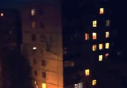 """ロシアにて""""得体の知れないモノ""""が撮影される … ビルにへばりついて移動する異様に手足の長いミュータント人間か? (動画あり)"""