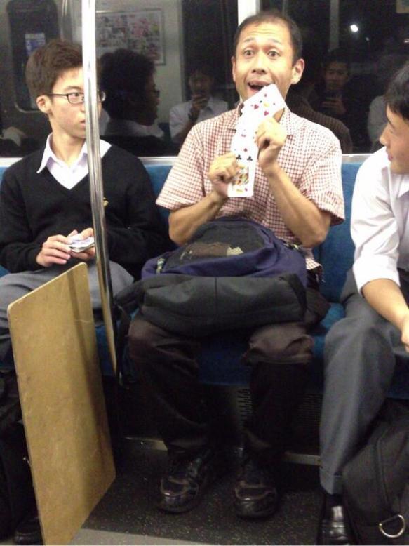 電車の中でマジックするやつwwwwwwwwww
