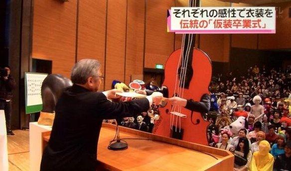 【悲報】日本の痛々しい仮装卒業式がロシア人に見付かる(画像あり)
