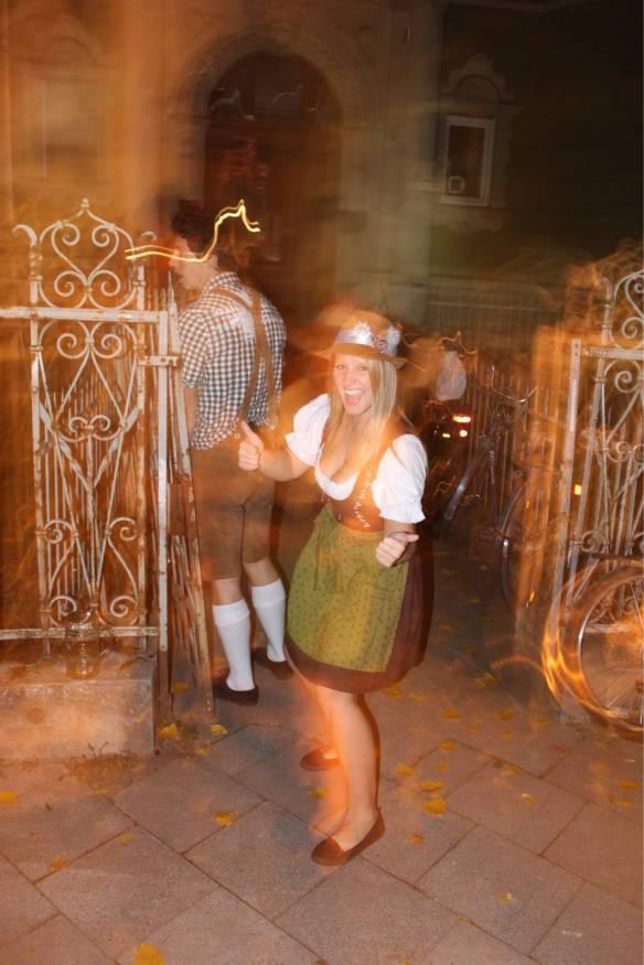 【画像あり】ビール飲みながらドイツ女のコスプレオッパイ見る祭りwwwwwwwwwwww