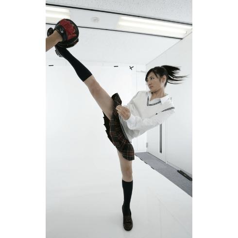 【画像】可愛い女の子アイドルの「蹴り」最高だなwwwwwwwwwww
