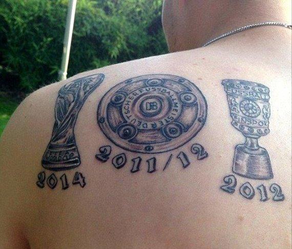 ドイツ代表グロスクロイツがW杯優勝トロフィーのタトゥーを肩に彫る