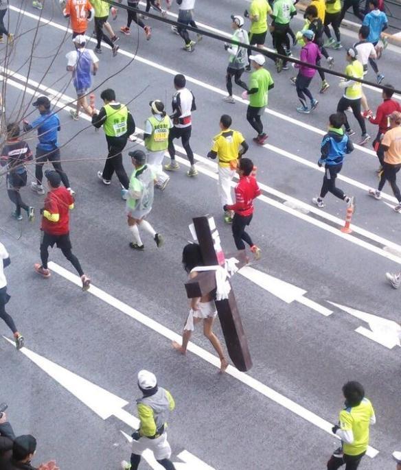 【速報】今年も東京マラソンにイエス・キリストがwwwwwwwwwwwwwwwwwwwwwwwwwww