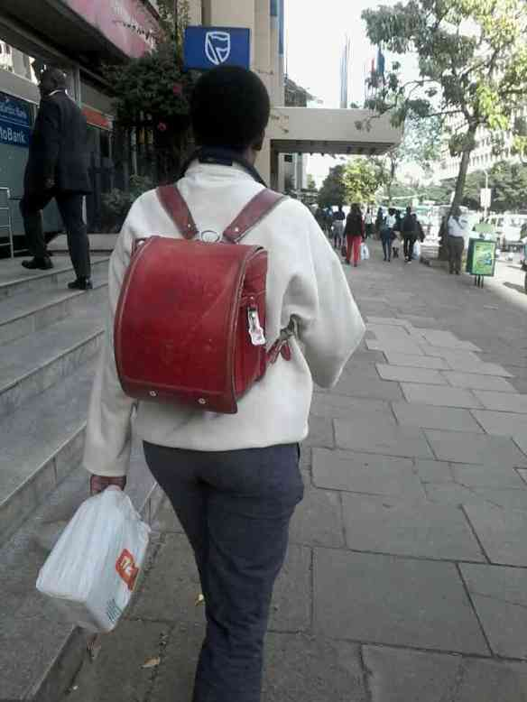 今ケニアではランドセルがオシャレアイテムとして流行wwwwww(画像あり)