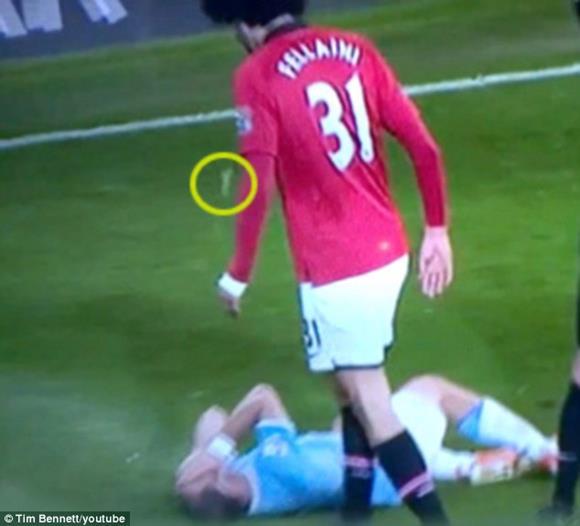 マンUのフェライニ、サバレタを殴った上に唾まで吐いていたことが発覚!英サッカー協会が調査を開始