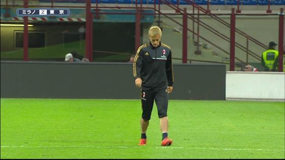 これはつらい…本田圭佑、ミラノダービー後の誰も居ないスタジアムを一人走り込み