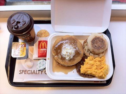 朝マック「ビッグブレックファスト デラックス」は1000キロカロリー越え! 「朝食界のラーメン二郎」へ