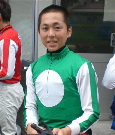 【競馬】 眼底骨折でデビューが遅れていた小崎綾也騎手、デビュー週で金星