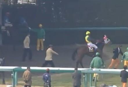 【競馬】 ゲートに入らない馬をムチでぶっ叩くJRA職員…