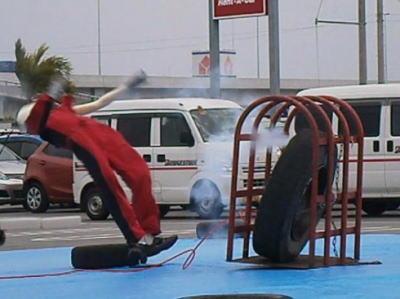 大型トラックの後輪タイヤにガソリンスタンドの店員(49)がエアーを注入中、タイヤがバースト、あおむけに倒れて意識に→ 破裂の衝撃による大動脈解離で死亡 - 滋賀・甲賀