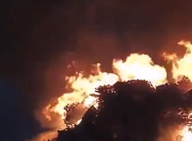"""""""手作業で高さ40メートルまで積み上げた木製パレットのタワーを豪快に"""" … ノルウェーの「世界最大の焚き火」が豪快すぎると話題に (画像)"""