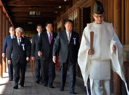 「日本の国会議員は沈没した『セウォル号』に関心や哀悼の意も示さず靖国を参拝した。安倍首相は謝罪しる」 韓国議員ら、韓国船沈没と靖国参拝に関連して日本を批判