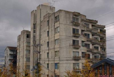 空き家が深刻な「幽霊マンション」 … 老朽化しても建て替えられず → 資産価値が減る → 空き家が増えていく、という最悪の状況に
