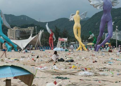 海水浴シーズン中には300トン以上のゴミに溢れる中国・深センの大梅沙ビーチパーク (画像)
