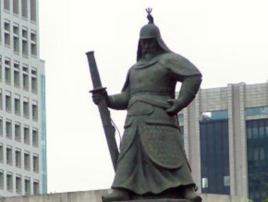 """韓国の李舜臣像 「日本刀を持っている」と韓国内でクレーム「撤去せよ」と大騒ぎ … 刀は日本刀、中国の甲冑、くず鉄が原料で錆、雰囲気を出すためペンキ塗装、制作者に""""親日""""疑惑"""